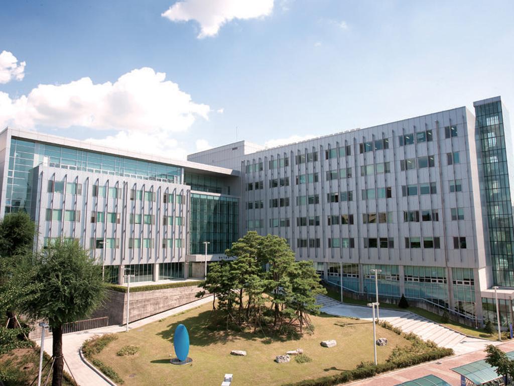tòa nhà khoa công nghệ thông tin trường đại học Seoul Sirip
