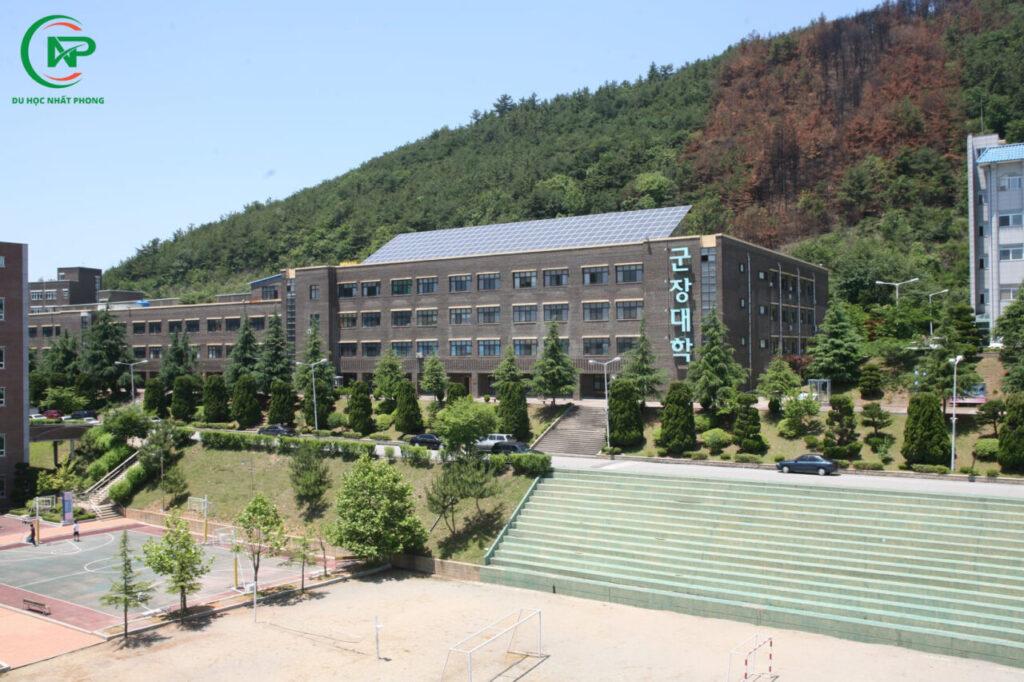 Sân trường đại học Kunjang