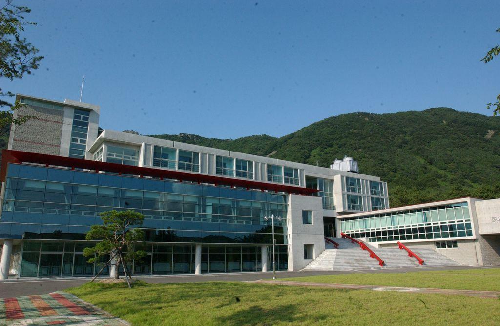 sân trường đại học quốc gia changwon hàn quốc