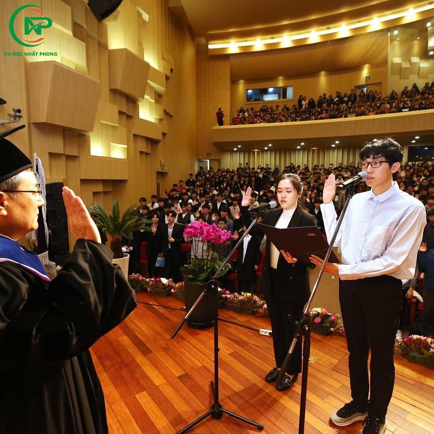 Sinh viên phát biểu trong lễ khai giảng tại học viện công nghệ tiên tiến Hàn Quốc